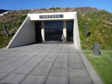 Artesa er halvvejs bygget ind i bjerget.