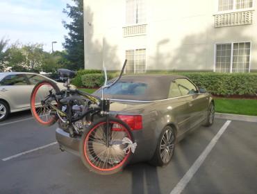 En Audi kan alting, også køre med cykel bagpå på motorvejen - med politiet kørende bagefter.