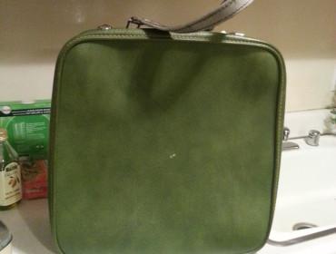 En fin grøn kuffert, som jeg fik pruttet godt ned i pris, med undskyldningen om at jeg ellers ikke havde råd til frokost. Han gav mig endda en ekstra doller retur fordi han fik ondt af mig!