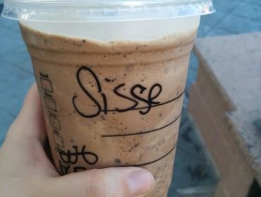 Jeg har egentlig været meget nidkær med at sige mit navn SISSE når folk spørg. Da jeg var på Starbucks den anden dag, gav jeg mig dog og sagde jeg hedder SIs - og det her er så hvad hun skrev?!?!