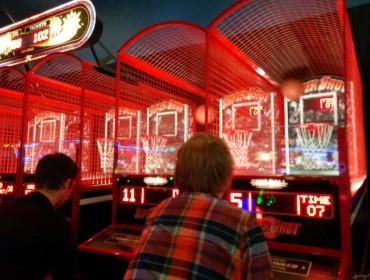 Vi besøge Mikael og Tobias kollega Leeroy og hans kone (de blev gift i julen, i en helikopter - over Las Vegas!) fredag aften. Efter vi havde grillet gik turen i Dave and Buster hvor vi gik i teenage mode og var i spillehal