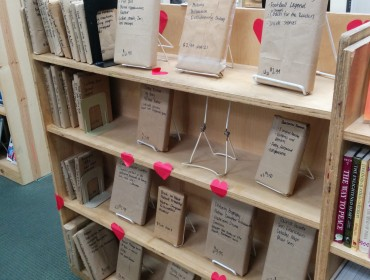 """Ned på """"gågaden"""" har vi en brugt boghandel - mega sej butik. Der er virkelig styr på tingene! Hvis man er træt af valentine kan man her købe en blind date i form af en bog, hvor der er skrevet stikord ude foran altså efter indholdet! Genial idé!"""