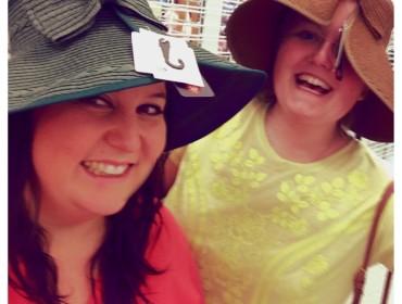 Vi prøver hatte med velcro lukning, en overset mode!
