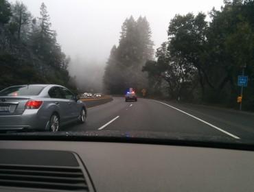 Når det regner i CA, så er der mange ulykker, og her måtte vi altså pænt vente efter politiet fandt den inberettede ulykke. Det var heldgvis bare en ung knejt med lidt for meget fart, ikke noget alvorligt.