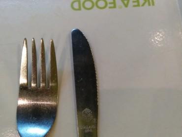 Ja vi er jo ofte i IKEA, og her har jeg simpelthen fanget dem i ikke at bruge deres egne knive i restauranten:-P