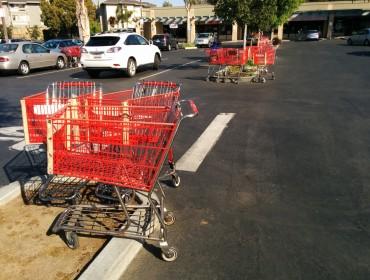 I USA er der mange parkeringspladser, ved de forskellige supermarkeder. Primært fordi der skal stå en inkøbsvogn i hver bås! Suk altså!