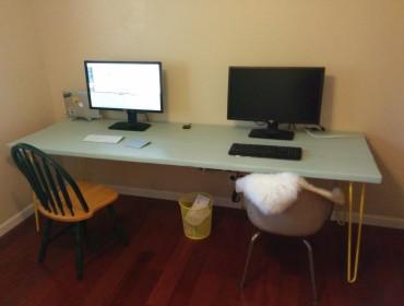 Mikael har selv bygget og malet skrivebord, det er ret stort!!