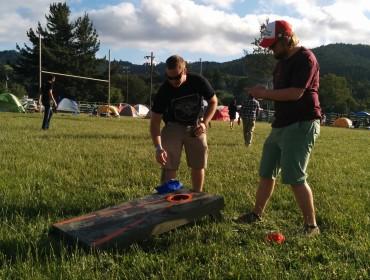 Der spilles underligt spil med de amerikanske naboer på campingpladsen. Senere på aftenen kom de over med en rigtig amerikansk burger til, lige fra grillen!