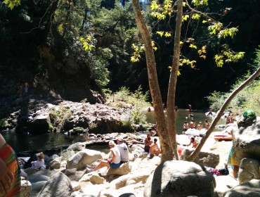 En lille flod løber ved Santa Cruz.