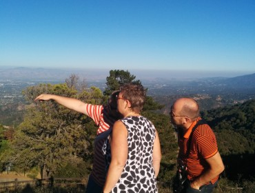 Mikael viser Silicon Valley frem oppe fra Ridge Vinery
