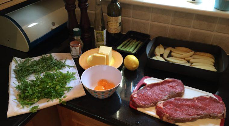 Vi lavede virkelig meget lækkert mad selv. Her er Mikael ved at lave hjemmelavet bearnaise og steaks.